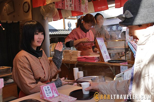 salesgirl at asakusa, japanese girl selling tea, asakusa shopping, travel asakusa, top tokyo attractions