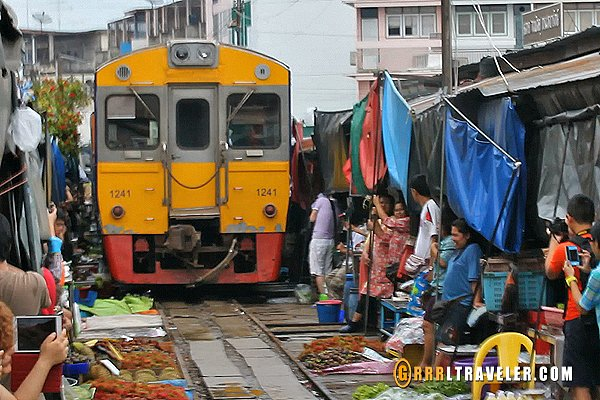 maeklong train market thailand, getting to maeklong train market
