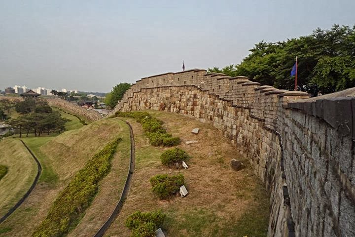 suwon fortress walls, hwaseong fortress unesco, world heritage sites korea, suwon fortress historical photos, suwon hwaseong fortress korea, joseon dynasty