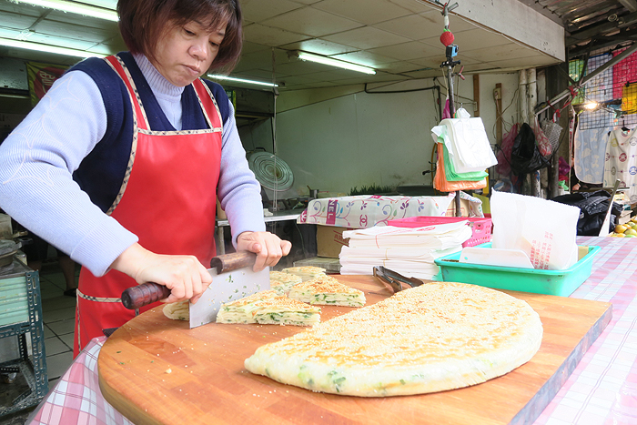 Taiwanese street snack, scallion pancake , taipei eats, taipei food tour